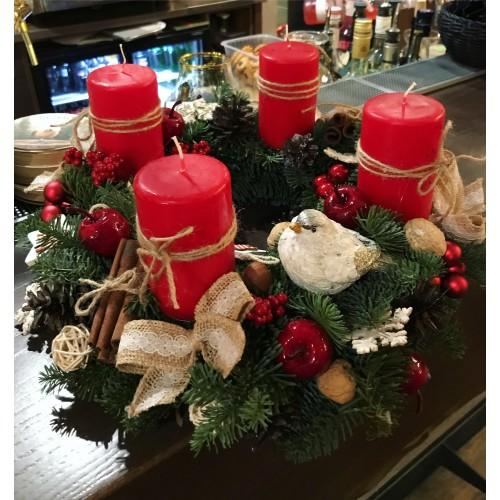 Веночек адвента с красными свечами и птичками