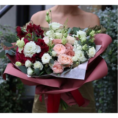 Воздушный букет с пионовидными розами в бордовом оформлении