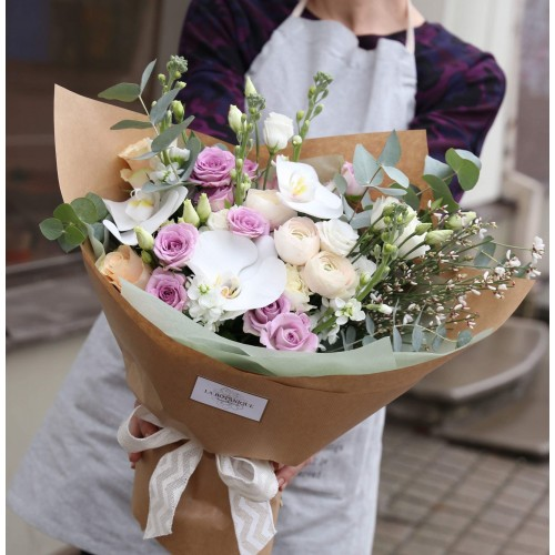 Bouquet with shrub roses, lisianthus and pink hydrangea