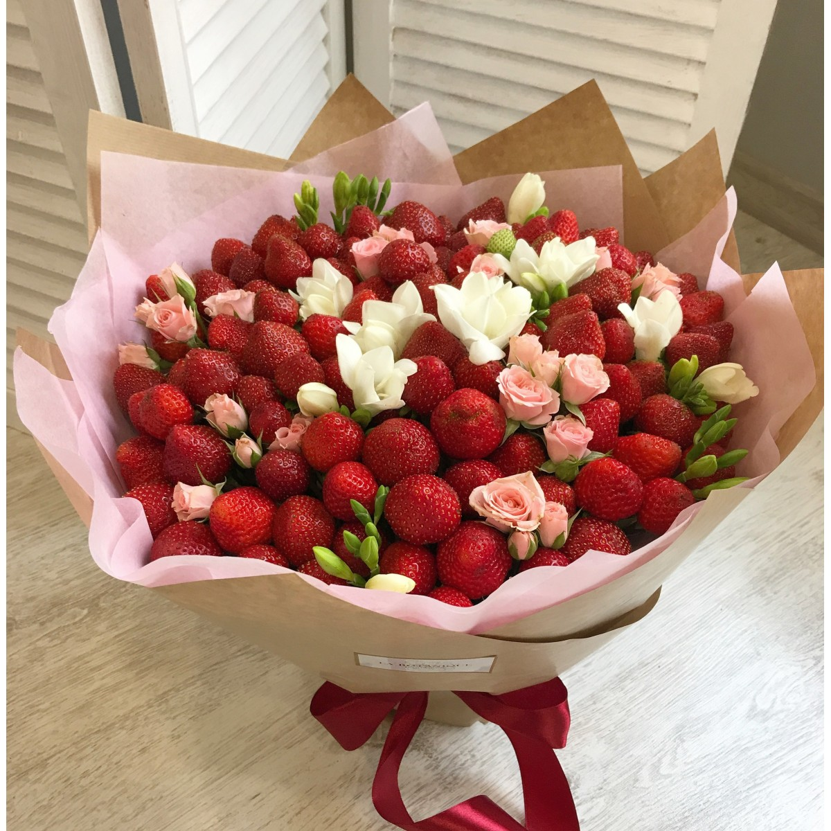 Order strawberry bouquet with roses.Delivery in Riga and nearby areas