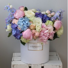 Box with a blue hydrangea, ornithogalum and brunia