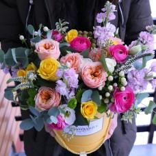 Kastīte ar vuvuzela šķirnes rozēm un gundegu