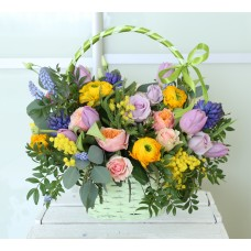 Basket with pink roses and hyacinths