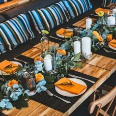 Eikalipta vītne ar dālijām banketu galda dekorēšanai