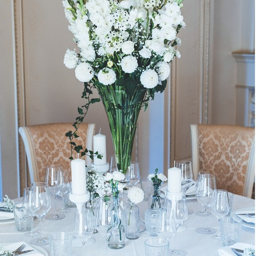 Composition for a festive table with white gladioli and dahlia