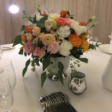 Composition for a festive table with roses and ranunculus