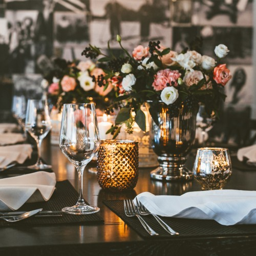 Composition for a festive table with cappuccino roses and eustoma