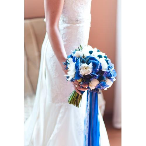 Букет невесты с синей гортензией