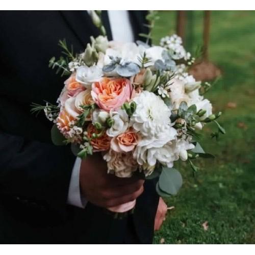 Brides bouquet with dahlias, Vuvuzela roses and eucalyptus