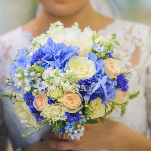 Līgavas pušķis ar zilām hortenzijām, neaizmirstulēm, rozēm un matiolu