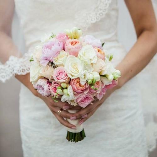Līgavas pušķis ar roza krāsa peonijām un Vuvuzela rozēm